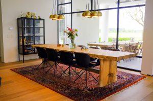 Boomstamtafel met houten ondertstel