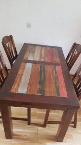 Eetkamertafel met gekleurd bovenblad