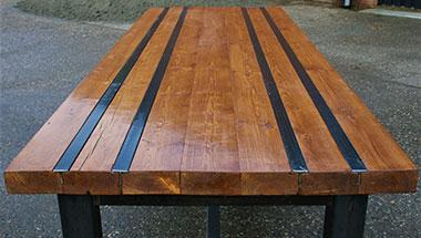 Eettafel van hout en staal